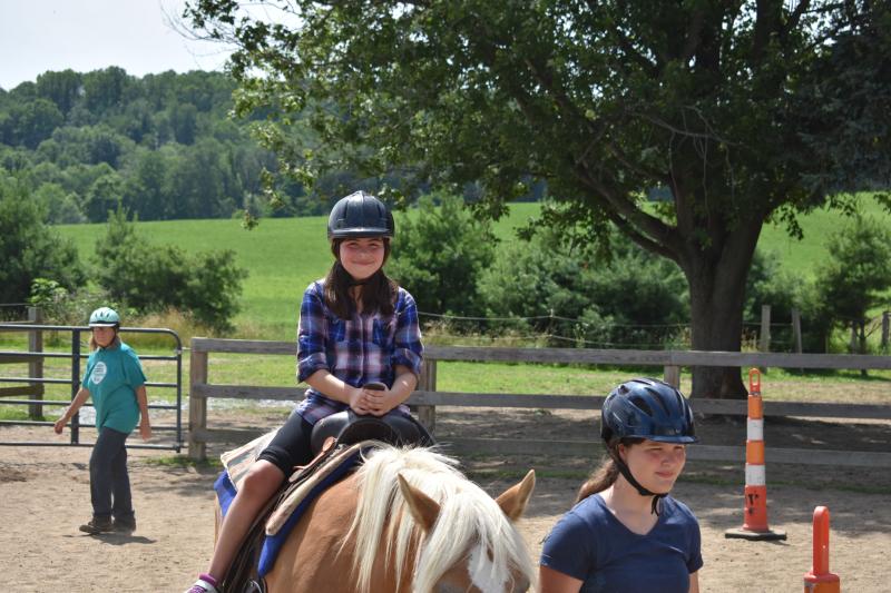 H pony ride girl
